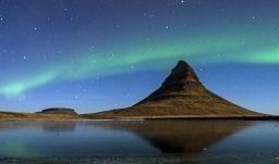Die Nordlichter über dem Berg Kirkjufell an der Nordseite der Halbinse