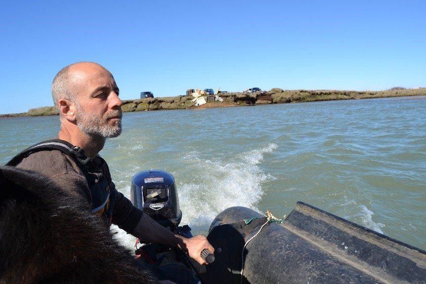 Hákon auf seinem Boot auf dem Weg zur Insel
