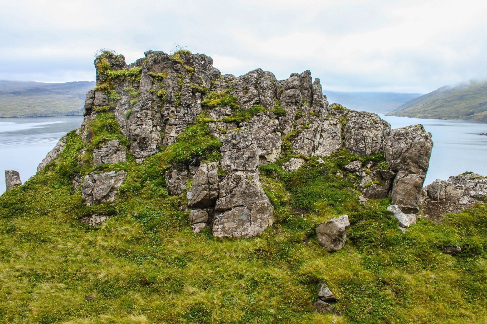Markante Felswände und lange Fjorde