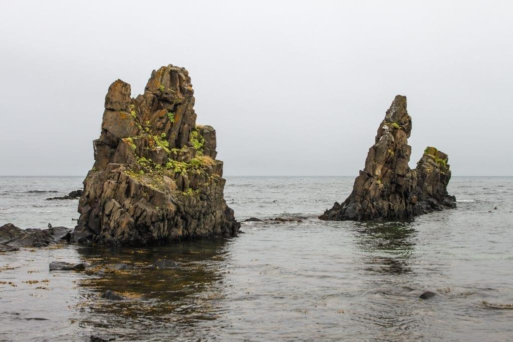 Die Felsen bei Trékyllisvík an den man am steinigen Strand spazieren gehen kann.